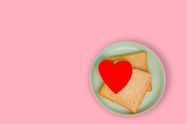 Сердца и тосты во время завтрака