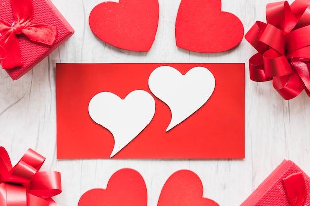 Состав сердец среди подарков и бантов