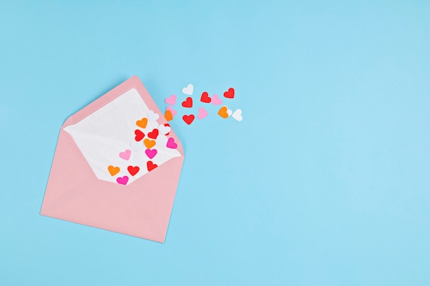 ハートの紙吹雪とピンクの封筒。