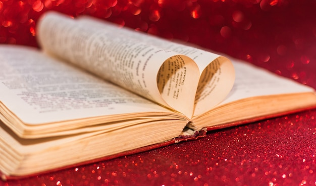 발렌타인 데이에 대한 책 페이지의 하트 배경에 대한 흐림 효과