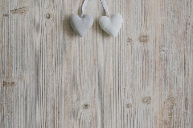 Cuori appesi corde su una superficie di legno