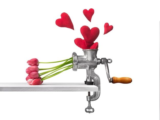 생일을 위한 발렌타인 데이인 3월 8일을 위해 고기 분쇄기의 하트가 꽃으로 변합니다. 고품질 사진