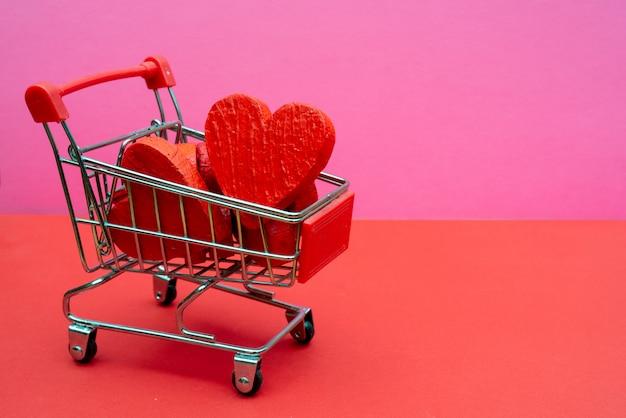 Сердца в тележке супермаркета.