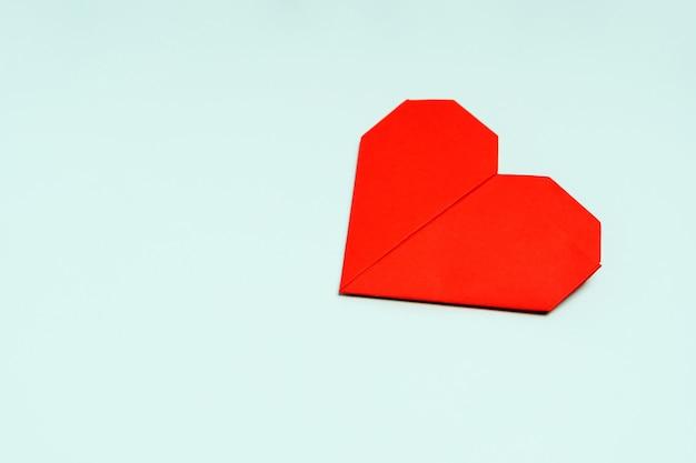 텍스트 사랑 개념에 대 한 배경 상위 뷰 및 장소에 색종이 접기 종이로 만든 하트