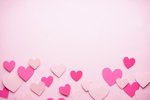 텍스트를위한 공간, 평면 누워 분홍색 배경에 마음. 발렌타인 데이. 사랑 개념. 어머니의 날 배경.