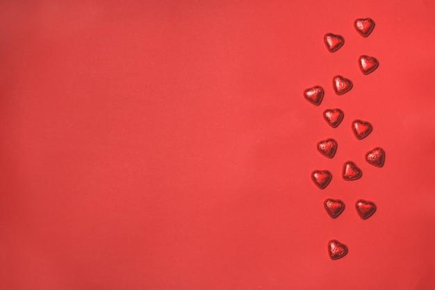 Сердца на красном фоне