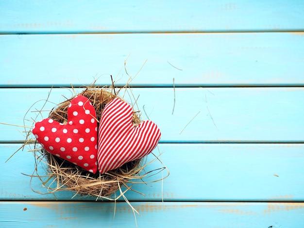 Сердца на синем деревянном фоне