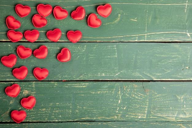 Сердца на зеленых обоях