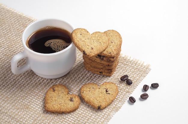 ハート型の自家製クッキーと一杯のコーヒー