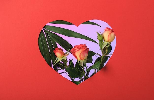 Красная бумажная рамка в форме сердца с розами и пальмовой ветвью