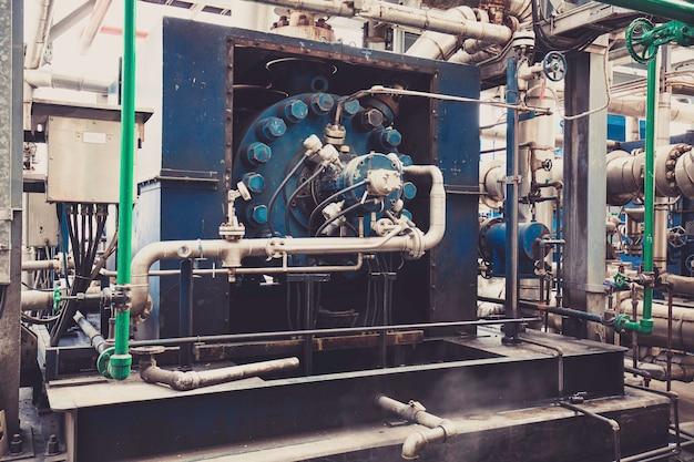 製油所の熱交換器。パイプライン石油精製装置。
