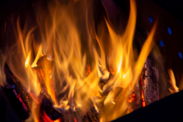 熱熱エネルギーを閉じる、赤と黄色、黒の背景の常夜灯の燃料ポイントでの熱エネルギー