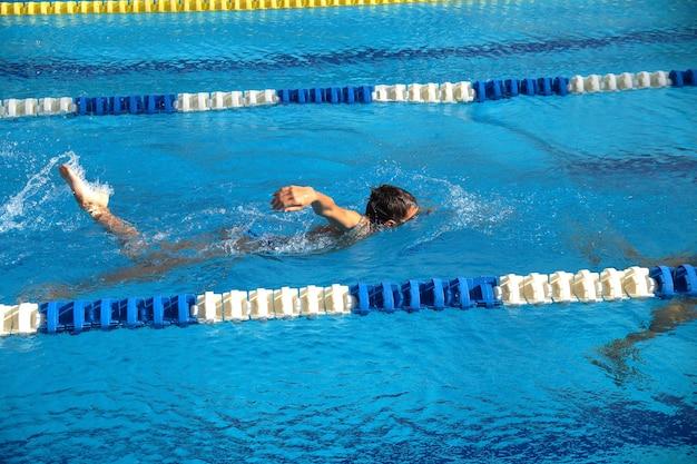 Тепло детей на одной дорожке в бассейне