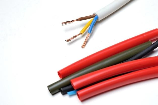 熱収縮チューブと3芯のストリップワイヤー。
