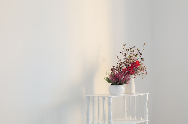 화분에 헤더와 흰색 배경에 꽃병에 꽃다발