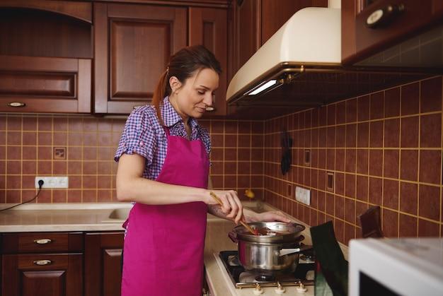수제 초콜릿 디저트를 준비하기 위해 템퍼링하기 전에 수조에서 초콜릿을 가열하고 녹입니다. 상위 뷰를 닫습니다.