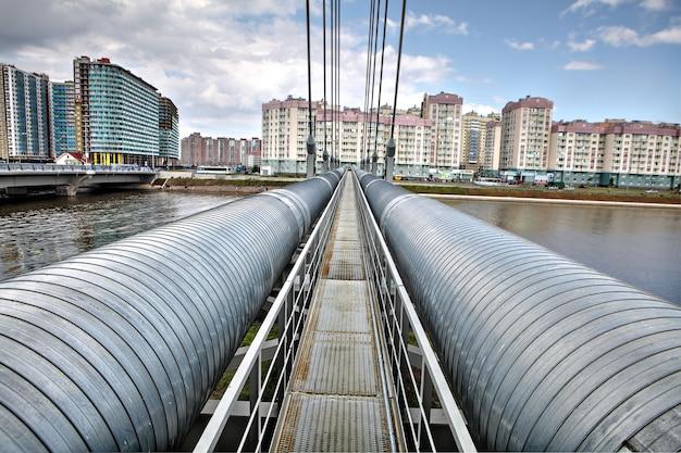 Тепловой канал горячего водоснабжения, вантовый мост через р.
