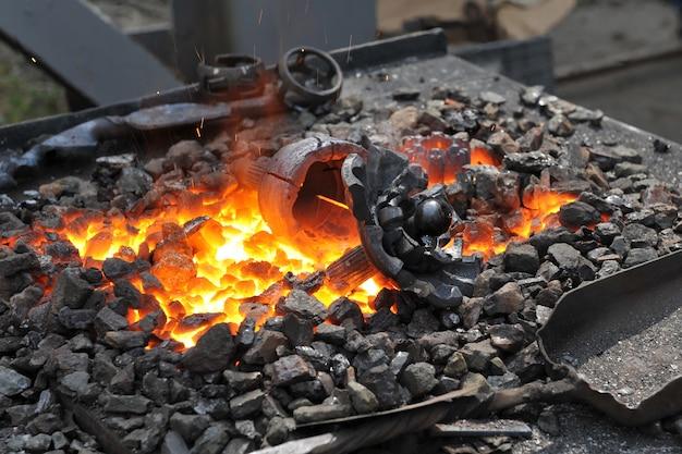 鍛造用鍛造炉での金属ブランクの加熱。
