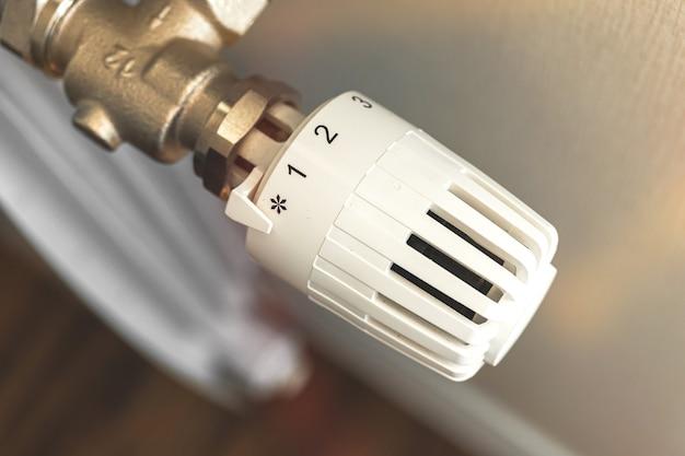 Термостат радиатора отопления в помещении крупным планом фото