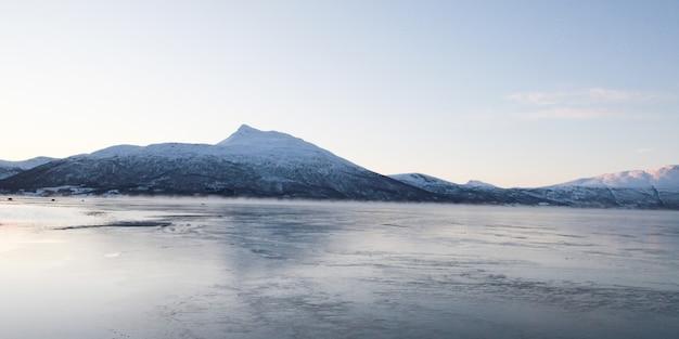 Небесное озеро вершины горы в зимний сезон