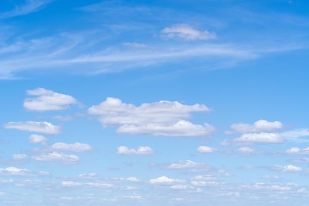 ロシア中部の夏の日に巻雲と積雲のある天国の風景