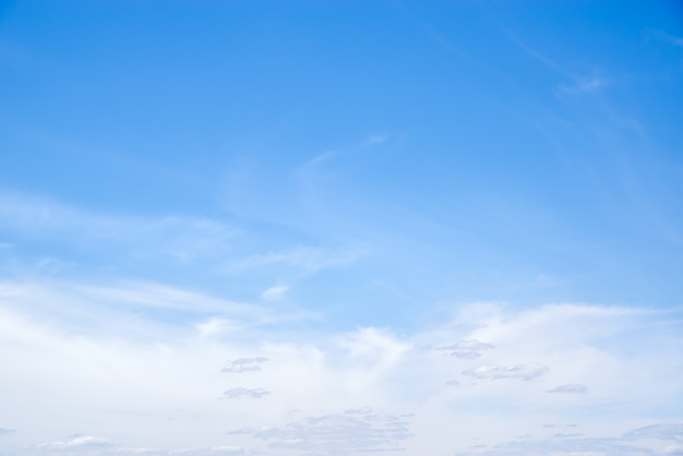 ロシア中部で夏の日に巻雲と高高度積雲が撮影された天国の風景