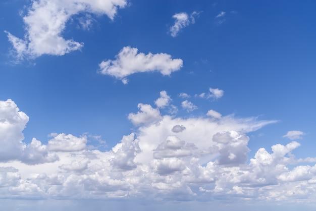 ロシア中部の夏の日に積雲が撮影された天国の風景