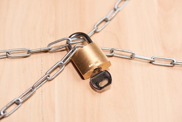 テーブルに南京錠が付いた重鎖。