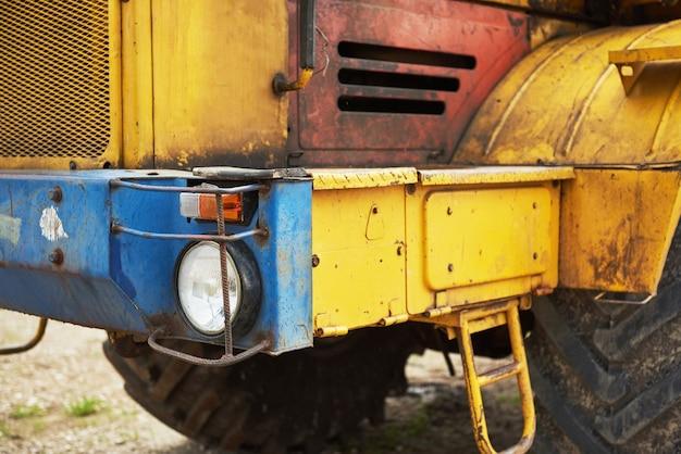 Бульдозер погрузчика тяжелого строительства на строительной площадке.