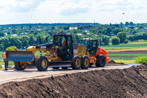 仕事中の頑丈なブルドーザー。重い特殊機械。道路の建設、修理。セレクティブフォーカス。