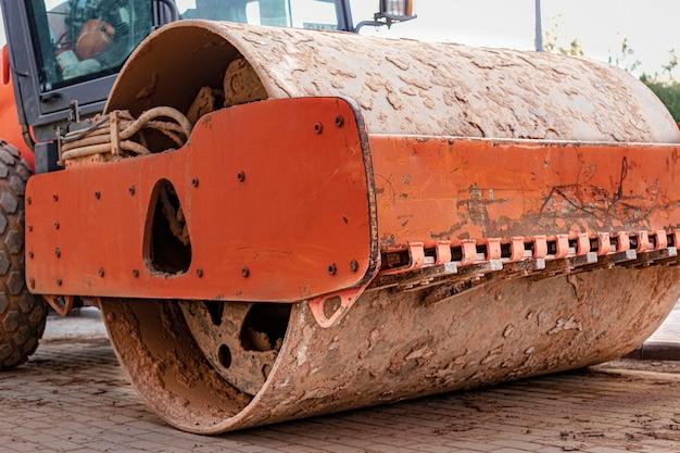 Мощный вибрационный каток для укладки асфальта крупным планом. дорожное строительство. строительство дорог и городских транспортных коммуникаций. тяжелая техника.