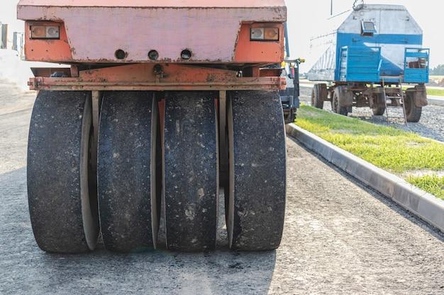 Мощный вибрационный каток для укладки асфальта крупным планом. строительство дороги.