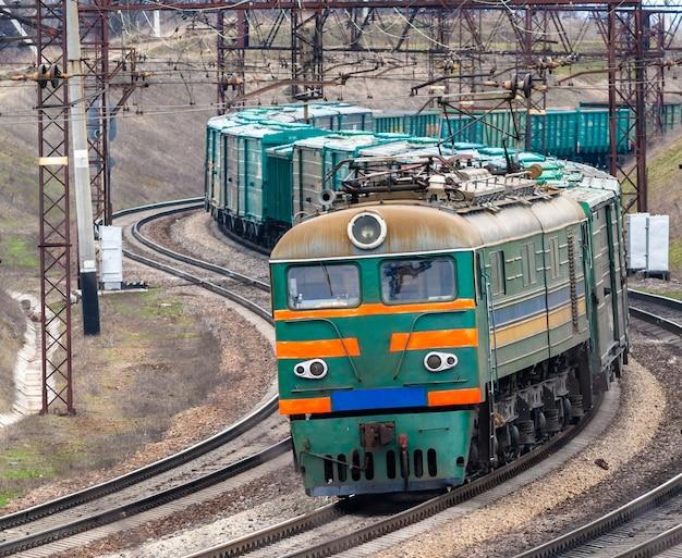 Тяжелый грузовой электропоезд в украине