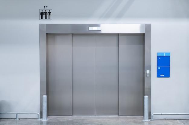 モダンな建物の重いエレベーターをクローズアップ。