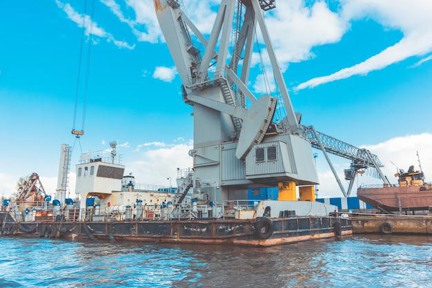 칼리닌그라드 바다 어항의 무거운 항구 지브 크레인