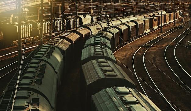 Тяжелая индустрия. старый товарный поезд на железной дороге на закате