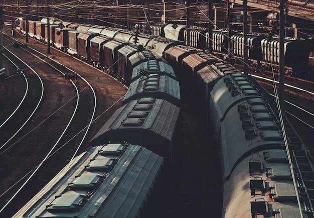 Тяжелая индустрия. старый грузовой поезд на железной дороге на закате