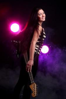 Donna di metalli pesanti a suonare la chitarra elettrica