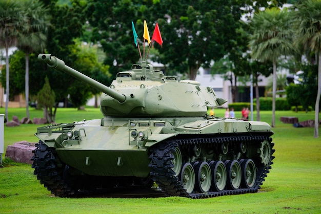 草の上に駐車された重い軍用戦車