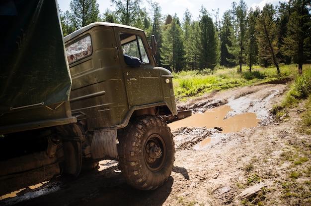 Тяжелый мощный грузовик-вездеход с внедорожными колесами для преодоления препятствий на труднопроходимой местности. российская военная техника в действии.