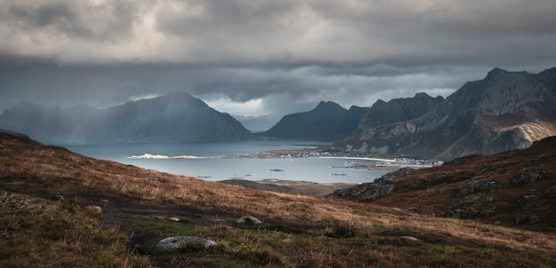가을 노르웨이의 lofoten 섬에서 산과 바다에 폭우와 태양