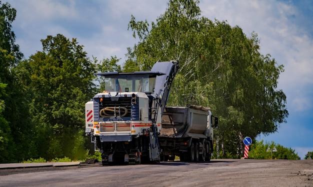 Вибрационный каток тяжелый при асфальтобетонных работах, ремонте дорог
