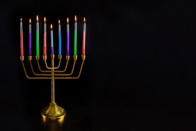 燃えるろうそくとハヌカのヘブライ本枝の燭台は休日のユダヤ人の伝統的なシンボルです
