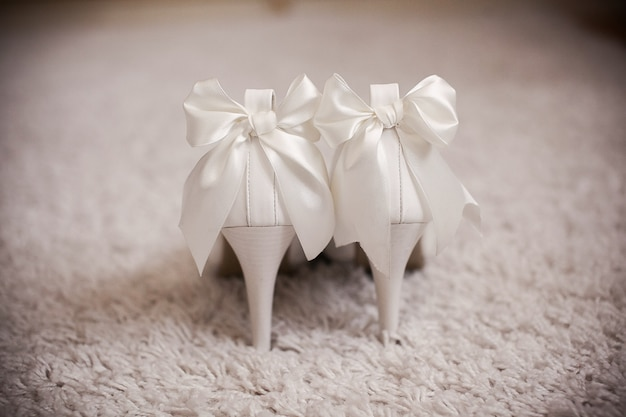 Heeled shoes with bows