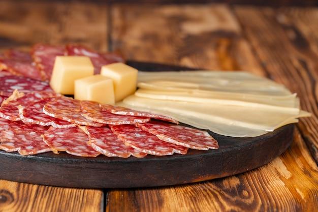 木の板の上のチーズと肉のスライス