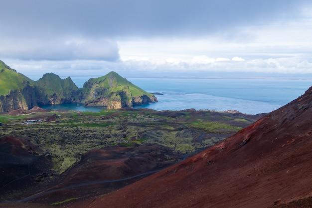 Вид с воздуха на город хеймаэй с вулкана эльдфелл. исландский пейзаж. острова вестмана