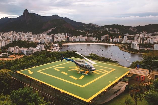 Вертолет на вертолетной площадке в рио-де-жанейро, бразилия