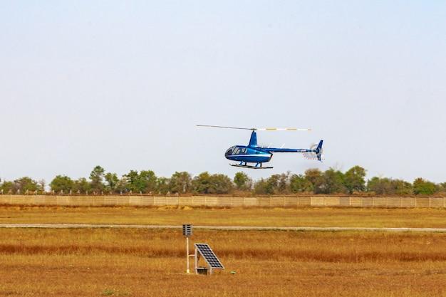 晴れた日に空を飛ぶヘリコプター