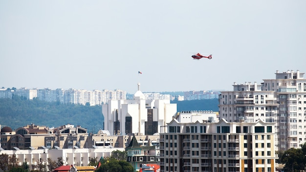 モルドバ、キシナウの大統領府と高層住宅の上空を飛行するヘリコプター