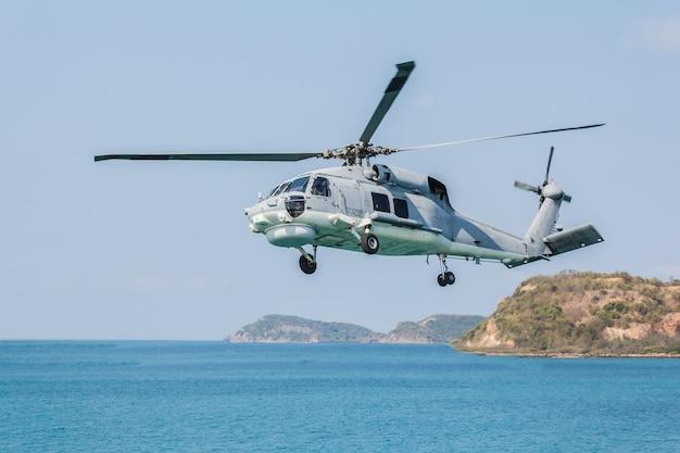 Вертолет пролетает над морем